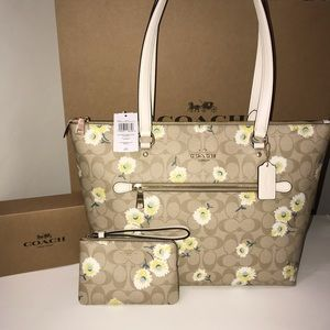 Gallery Tote Daisy print and wristlet set NWT